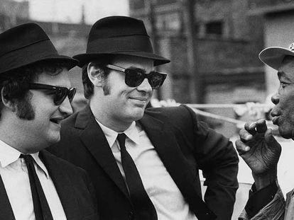 Desde la izquierda, John Belushi y Dan Aykroyd, con John Lee Hooker, durante el rodaje de 'The Blues Brothers' (1980).