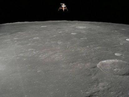 El módulo lunar del 'Apolo 12' sobrevuela la Luna.