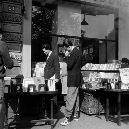 Los famosos expositores callejeros de la librería parisiense Gibert Jeune, en una fotografía de 1951.