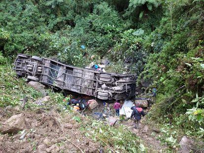 Las labores de rescate del autobús que cayó por un barranco en Cochabamba, Bolivia.