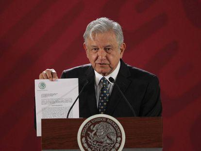 El presidente de México, Andrés Manuel López Obrador, con la iniciativa para cambiar la reforma educativa.