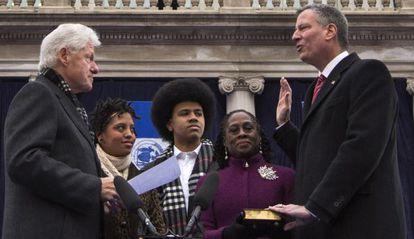 Bill de Blasio hace el juramento como alcalde de Nueva York frente a Bill Clinton.