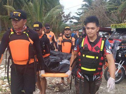Los equipos de rescate recuperan un cuerpo tras el paso del tifón Phanfone en Filipinas.