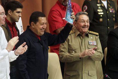 El presidente de Venezuela Hugo Chávez (izquierda), y el presidente de Cuba, Raúl Castro, en 2010 en La Habana.