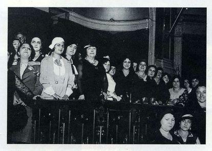 Carmen de Burgos (en el centro, de negro), con la Liga Internacional de Mujeres Ibéricas, en una conferencia contra la pena de muerte en 1931.