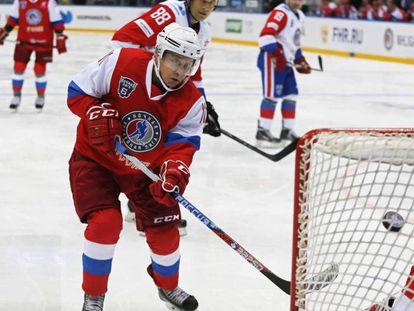 Putin juega un partido de hockey sobre hielo.