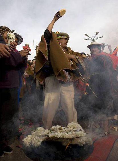 Un guía espiritual aymara celebra un ritual en la apertura de la Cumbre
