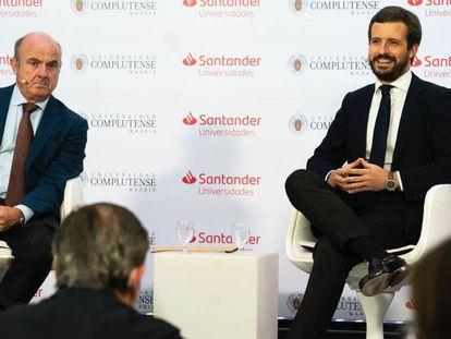 El líder del PP, Pablo Casado,  junto al vicepresidente del BCE y exministro de Economía, Luis de Guindos, en El Escorial (Madrid).