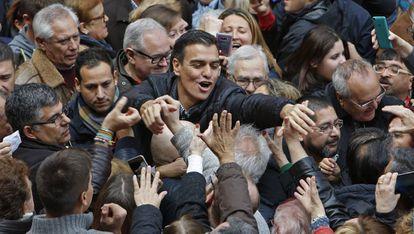 Pedro Sánchez, rodeado de simpatizantes en la localidad de Xirivella (Valencia), en noviembre.