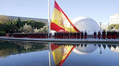 Acto solemne de izado de la bandera en la plaza de Colón de Madrid.
