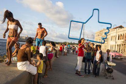 Un 'Me gusta' de Facebook, de artista Alexander Guerra, en el Malecón.