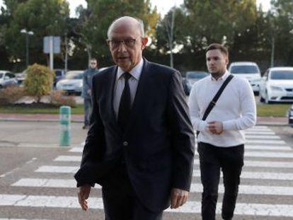 Sánchez y Casado aceleran la retirada de muchos diputados veteranos o díscolos para adaptar sus filas a sus exigencias
