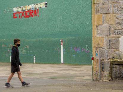 Cartel con fotografías de presos de ETA, en el frontón de Hernani (San Sebastián).