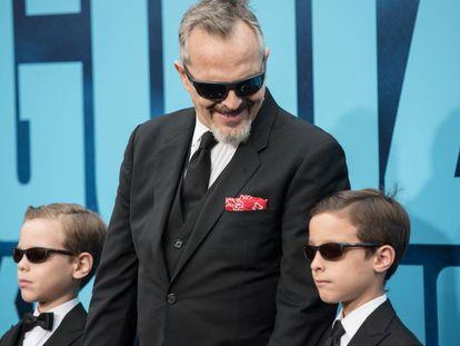 Miguel Bosé y dos de sus hijos, Diego y Tadeo, en Hollywood, el pasado sábado.