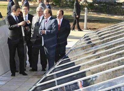 El presidente José Luis Rodríguez Zapatero, en la inauguración ayer de las nuevas instalaciones para la producción de energía solar en La Moncloa.