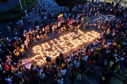 Una protesta por la noche del 5 de mayo, en Cali (Colombia).