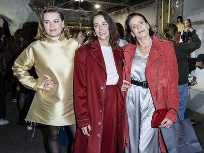 De izquierda a derecha, Camille Gottlieb, Pauline Ducruet y su madre la princesa Estefanía de Mónaco, en París el pasado mes de febrero.