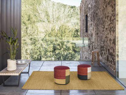 Los pufs Kilim de Nanimarquina llevan el tapizado del suelo al cielo, es decir, están cubiertos de tela de alfombra.