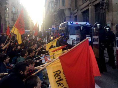 Los estudiantes ante los Mossos, en la Via Laietana.