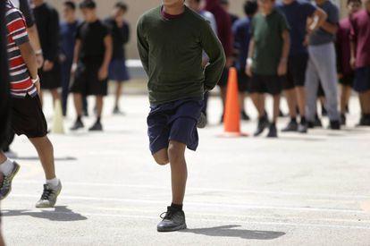 Niños practicando deporte, el pasado miércoles, en el exterior del albergue Casa Padre