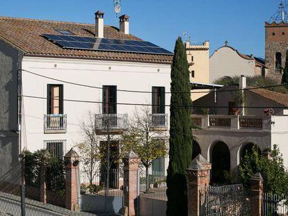 Placas fotovoltaicas en el tejado de un edificio de Santa Eulàlia de Ronçana.