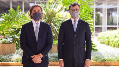 Los ministros de Exteriores de Argentina, Juan Pablo Cafiero (izquierda), y de Brasil, Carlos França, posan tras la reunión que mantuvieron este viernes 8 de octubre en Brasilia.