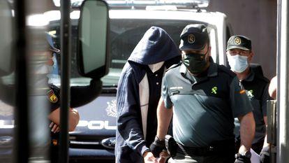 Uno de los acusados de asesinar a Samuel Luiz, a la salida de los juzgados de A Coruña el pasado julio.