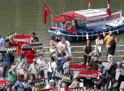 Miembros de Acción Nacionalista Vasca protestan ante el Ayuntamiento de Bilbao, mientras Iñaki Azkuna es elegido alcalde.