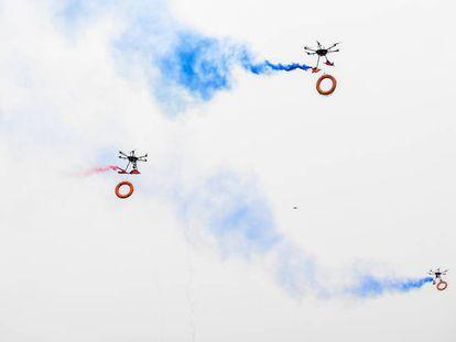Varios drones de los bomberos participan en un rescate a orillas del río Fen, en Taiyuan, China. Se usaron para lanzar salvavidas. El humo de colores busca hacerlos más visibles.