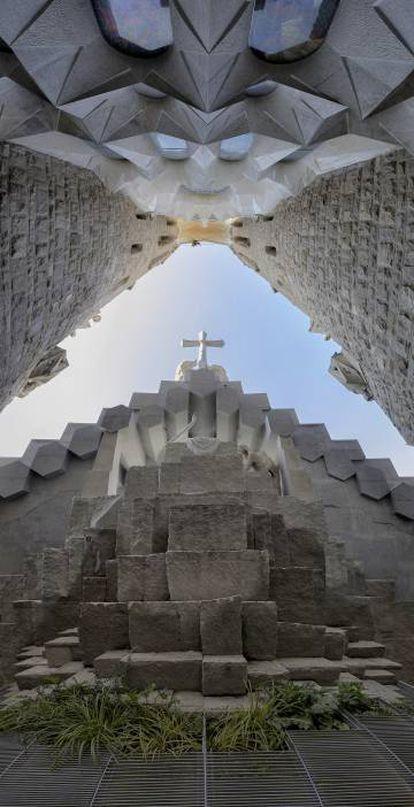 Panorámica vertical de la zona del huerto de la Sagrada Familia de Barcelona.
