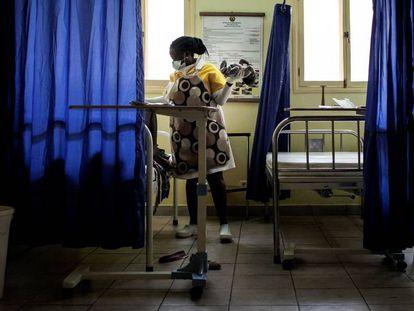 En Mozambique, debido a la falta de cirujanos se ha enseñado a las comadronas a practicar cesáreas de urgencia.