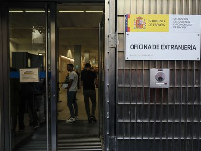 La oficina de extranjería de la Delegación de Gobierno de Madrid, una de las que más retrasos acumula, ha reducido a la mitad la oferta de citas previas.