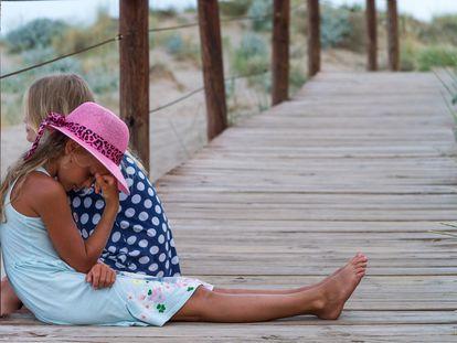 Una niña aburrida y enfadada con su madre.