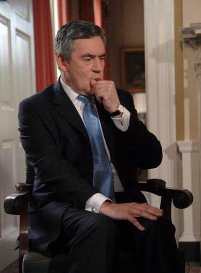 Gordon Brown, antes de iniciar la entrevista con Andrew Marr, de la BBC, ayer en el número 10 de Downing Street.