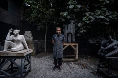 Pedro Reyes, el escultor de la obra Tlali que se exhibirá en Paseo de la Reforma de la Ciudad de México, en sustitución de la estatua de Colón, en una entrevista para EL PAÍS.