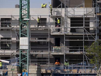 Obras de construcción de un edificio de viviendas en Sevilla, el pasado 28 de enero.