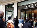 Clientes esperan entrar a una tienda de Zara en Nantes