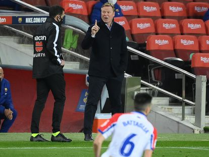 El técnico del Barcelona, Ronald Koeman, da órdenes desde la banda.