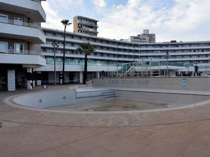 Vista de un complejo hotelero cerrado en Palma de Mallorca.