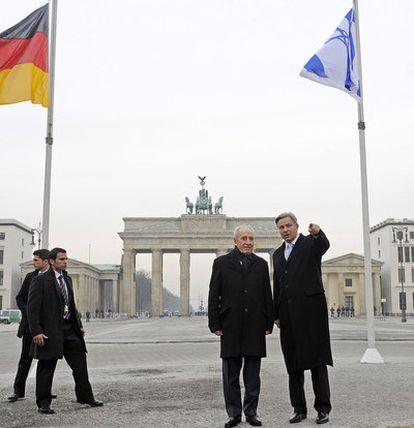 El presidente israelí, Simon Peres, junto al alcalde de Berlín, Klaus Wowereit