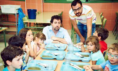 El alcalde de Rivas y el concejal de Educación, en un colegio.