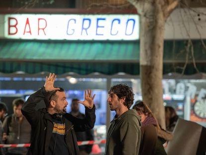 Nacho Vigalondo (izquierda) dirige al actor Quim Gutiérrez durante el rodaje de uno de los primeros capítulos de 'El vecino'.