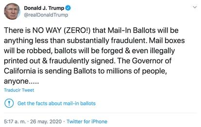 Tuit de Donald Trump con la alerta de Twitter.