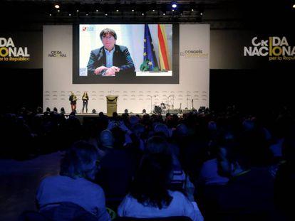 Puigdemont interviene por videoconferencia durante el congreso.