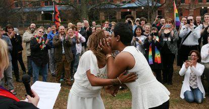 Una pareja se besa tras casarse el pasado día 9 en Alabama.