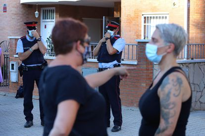 Varias personas se concentran ante un inmueble que había sido ocupado en Pallejà (Barcelona).
