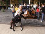 Una pareja baila en la calle en San Sebastián.