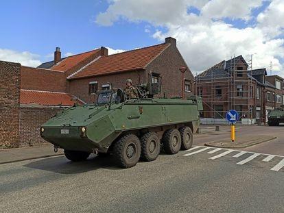 Un convoy militar cruza Maasmechelen en dirección al parque nacional Hoge Kempen, donde se desarrolla la búsqueda del militar Jürgen Conings, el pasado viernes.