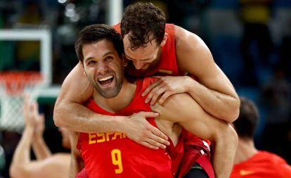 Felipe Reyes celebra el bronce olímpico en Río con Sergio Rodríguez.