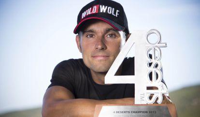 El corredor de fondo Vicente García Beneyto posa con su trofeo de campeón de los cuatro desiertos.